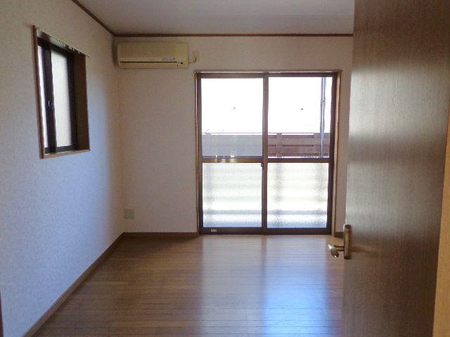 キッチンと洋室の間にドアがあります