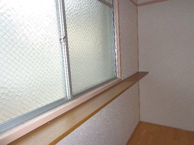 窓際にスペースがあります。