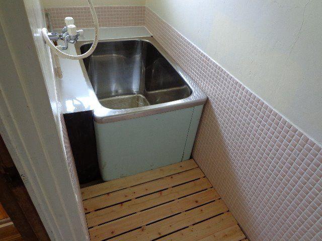 洗い場には木製のすのこを設置