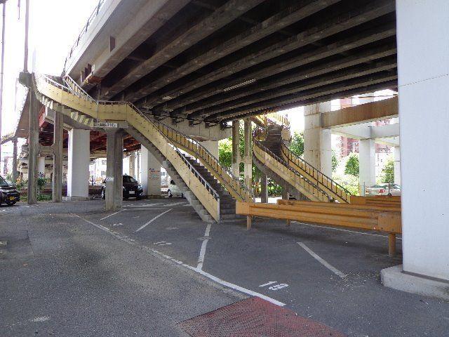 歩行者用階段を上ります