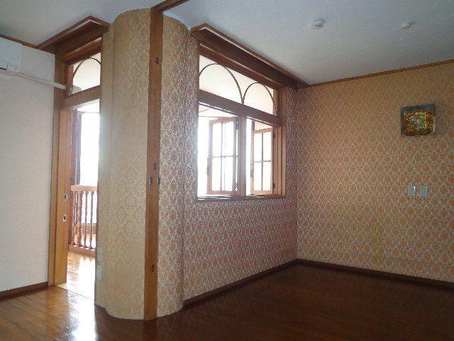 可愛い小窓の向うは明るい洋室