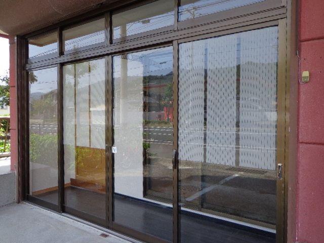 左側に玄関ドア、右側は洋室のサッシ