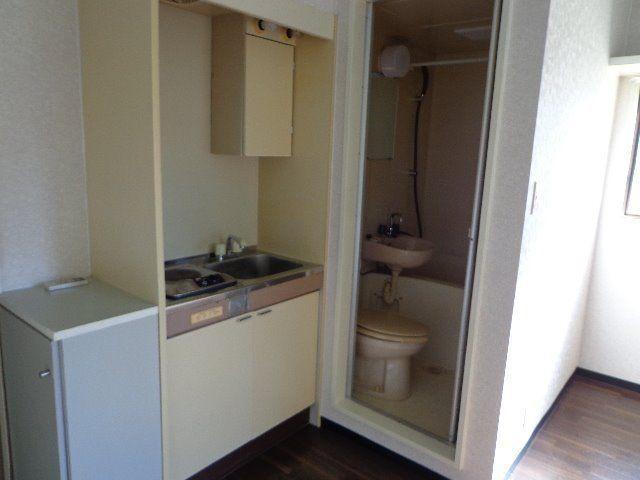 キッチンの横はトイレとお風呂があります