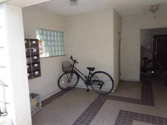 エントランスには集合ポストを設置、自転車を置くスペースもあります。
