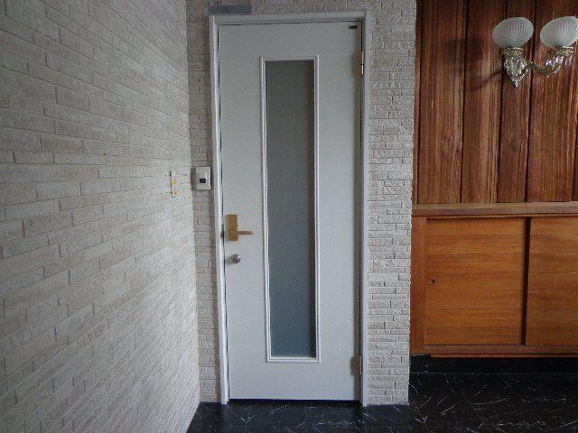 白系のすっきりした玄関です