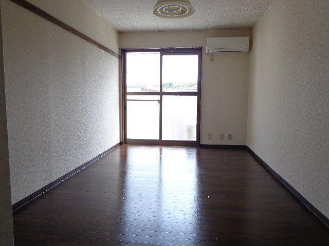 床はダークな色のクッションフロアで落ち着いた感じです