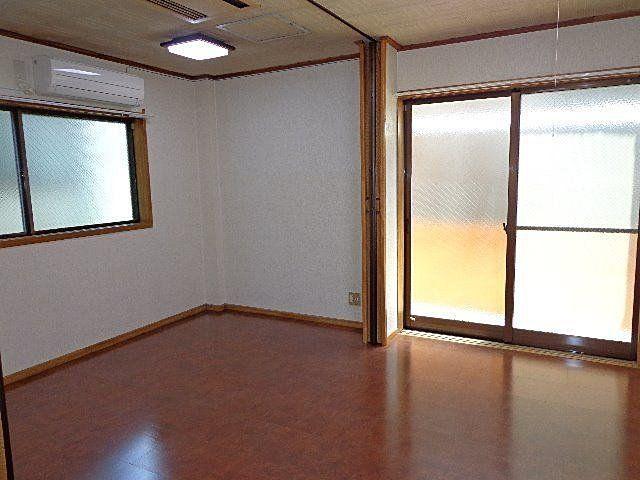 真中にあるアコーデオンカーテンでお部屋を2つに仕切れます