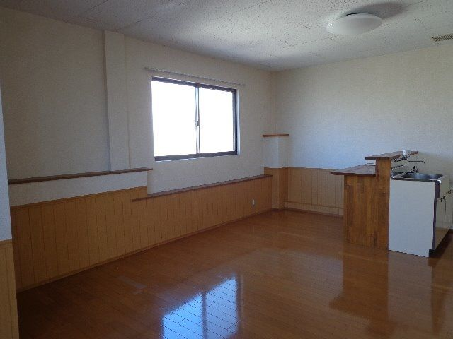 木製カウンターテーブルのそばには窓があります