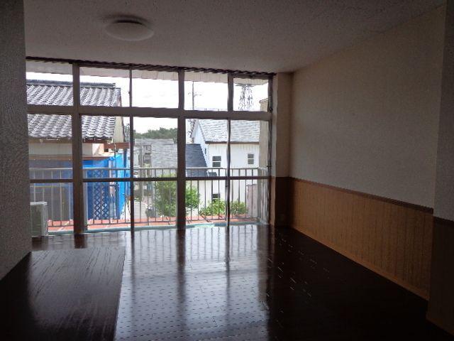 ワイドな窓が広がるフローリングのお部屋です