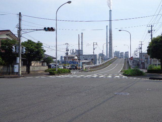 この橋を渡ると産業道路(県道172号)に出ます