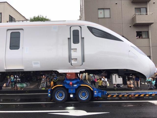 英国向け「高速鉄道車両」が道路を走っていた~下松市